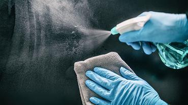 Ryzyko złapania koronawirusa z powierzchni jest niskie
