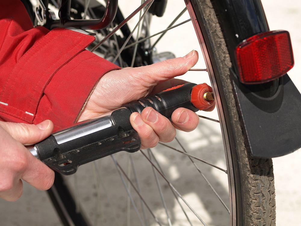 Pompowanie koła rowerowego