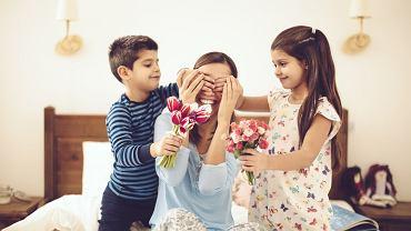 Dzień Matki 2018 zbliża się wielkimi krokami, to najwyższy czas, aby pomyśleć o tym, co jej podarujemy. Nie wiesz, jaki prezent na Dzień Matki wybrać? Najlepsze są te, zrobione własnoręcznie! Gwarantujemy, że będą cieszyć najbardziej.