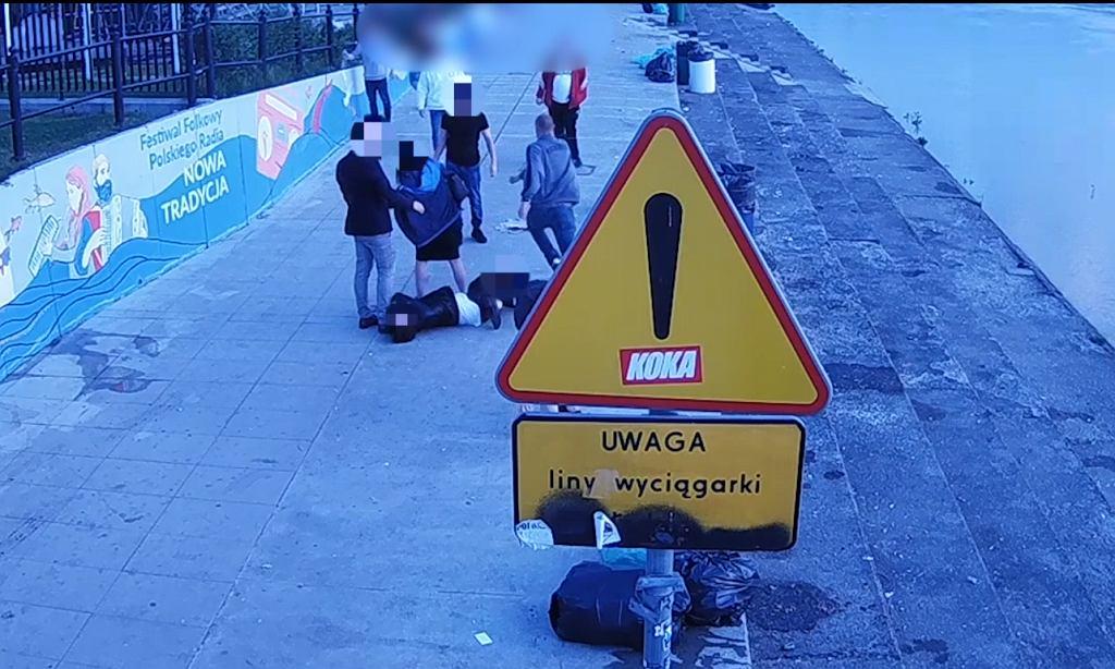 Policja poszukuje sprawcy pobicia na bulwarach wiślanych