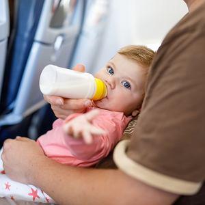 Podróż samolotem z niemowlakiem nie musi być koszmarem. Jak się do niej przygotować?