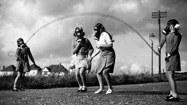 Magdalena Grzebałkowska,  'Wojenka. O dzieciach, które dorosły bez ostrzeżenia'. Londyńskie dzieci bawiące się w parku, 1940 r.