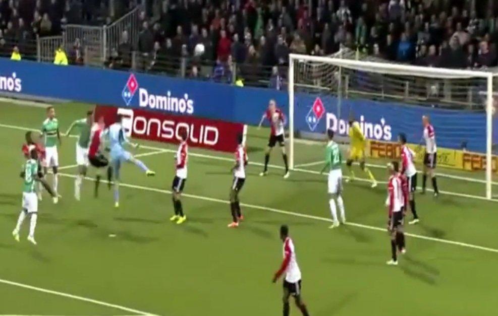 Bramkarz Filip Kurto strzela głową na bramkę Feyenoordu