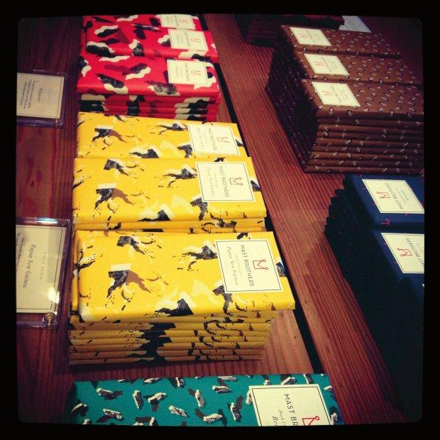 Robione i pakowane ręcznie tabliczki czekolady Mast Brothers.