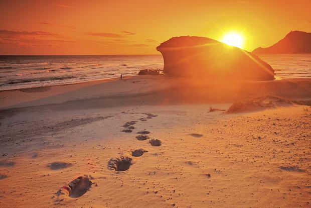 Hiszpania wakacje. Piaszczysta plaża w rejonie Cabo de Gata/fot. shutterstock