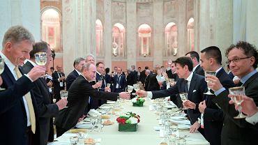 Premier Giuseppe Conte trąca się kieliszkiem z Władimirem Putinem podczas kolacji w Villa Madama, po rozmowach przeprowadzonych we włoskiej stolicy. Lobbysta Gianluca Savoini w tle pod trzecim łukiem od lewej. Rzym, 4 lipca 2019 r.