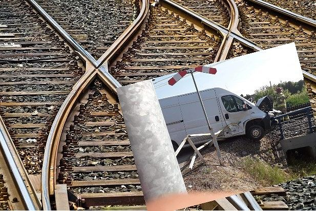 Wypadek na przejeździe kolejowym - bus wjechał pod pociąg