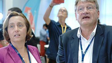 1.09.2019, Drezno, szef prawicowej partii AfD Joerg Meuthen (z prawej) i członkini jej władz Beatrix von Storch w chwilę po ogłoszeniu prognozowanych wyników w wyborach do lokalnych parlamentów w Saksonii i Brandenburgii.