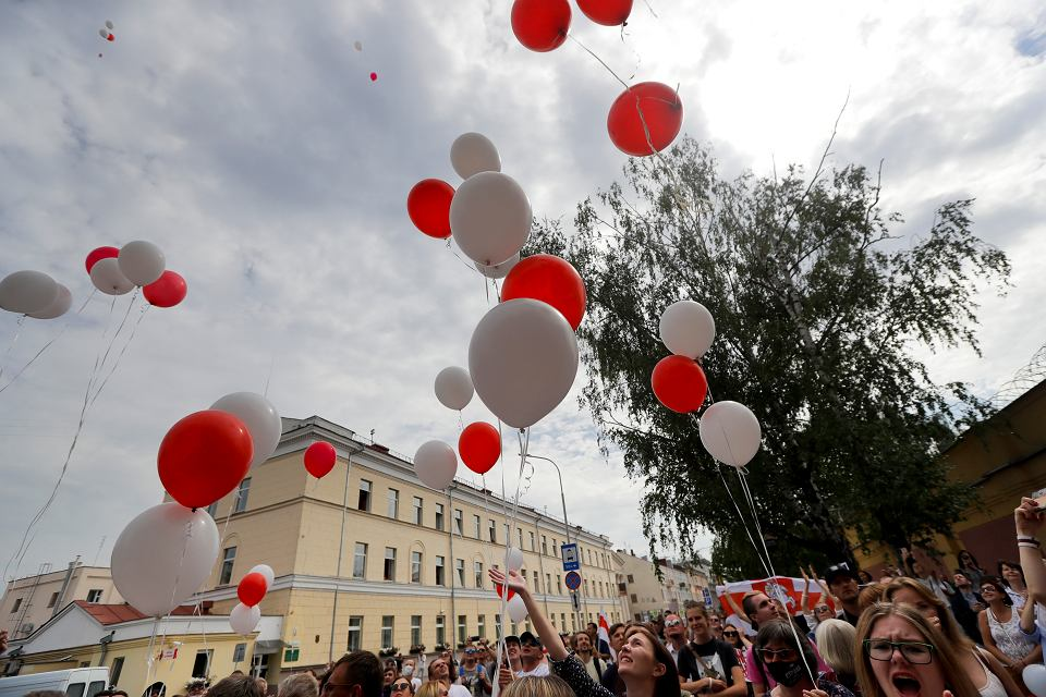 Demonstracja pod aresztem w Mińsku, gdzie przetrzymywani są uczestnicy protestów.