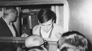 Katowice, 13 czerwca 1969 r. 16-letni Michał Sobelman wyjeżdża z Polski w wyniku antysemickiej nagonki po wydarzeniach marcowych. Dziś jest rzecznikiem prasowym Ambasady Izraela w Polsce, scenarzystą i tłumaczem