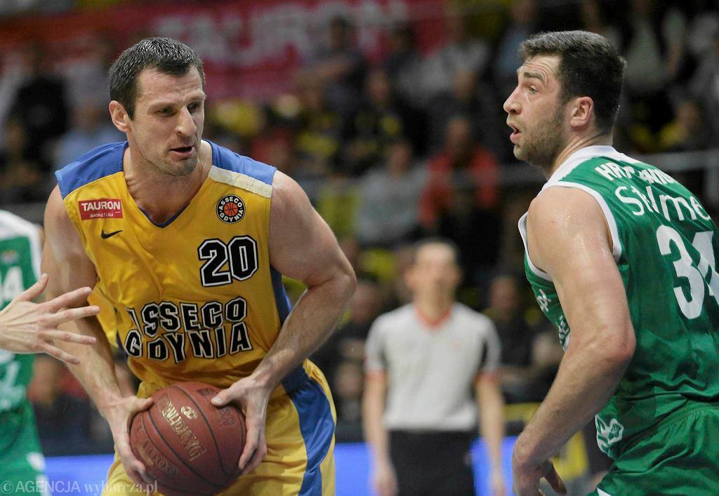 Koszykarze Asseco Gdynia (z piłką Piotr Szczotka) przegrali ze Stelmetem Zielona Góra