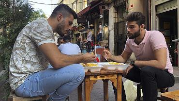 Yousef Abbas (z lewej) i jego przyjaciel Fadi Farousi kilka lat temu uciekli z ogarniętej wojną Syrii. Mieszkają w Stambule, w dzielnicy, w której żyje wielu uchodźców. Obawiają się, że tureckie władze zmuszą ich wkrótce do powrotu do ojczyzny, a tam wciąż nie jest bezpiecznie. Stambuł, 31 lipca 2019 r.