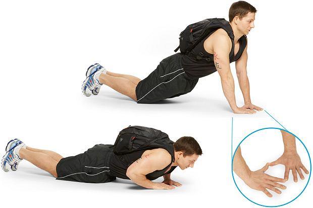 Ćwiczenia: domowy sposób na klatę, ćwiczenia, Pompka diamentowa (diamond push up) z obciążeniem na plecach