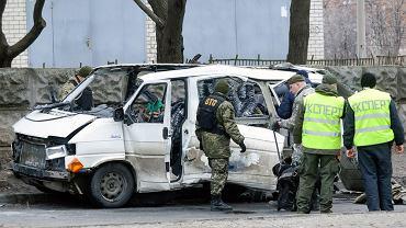 Ukraińskie służby przeszukują wrak samochodu, który wybuchł 6 marca w Charkowie