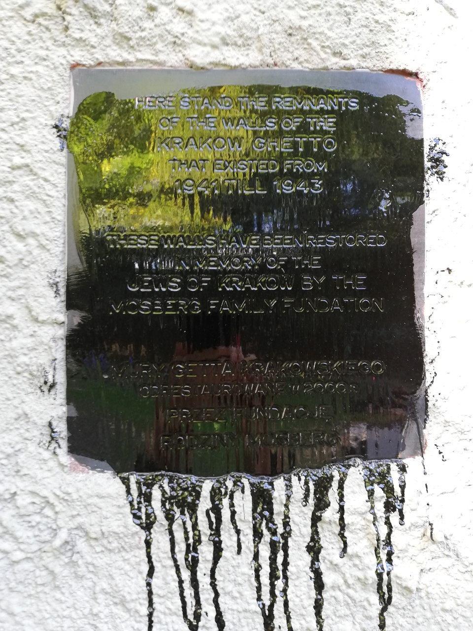 Zdjęcie numer 5 w galerii - Nieznani sprawcy zdewastowali fragment muru krakowskiego getta.