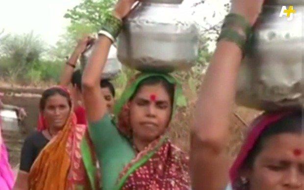 Indyjskie kobiety z bukłakami na wodę