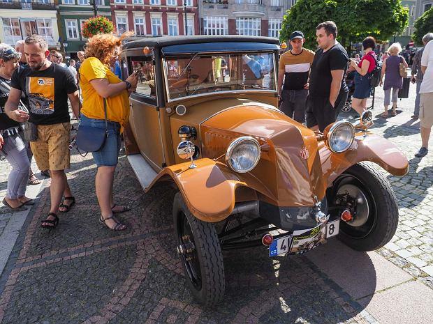 Zdjęcie numer 27 w galerii - Międzynarodowy rajd zabytkowych pojazdów na Rynku w Wałbrzychu. Było co podziwiać [ZDJĘCIA]