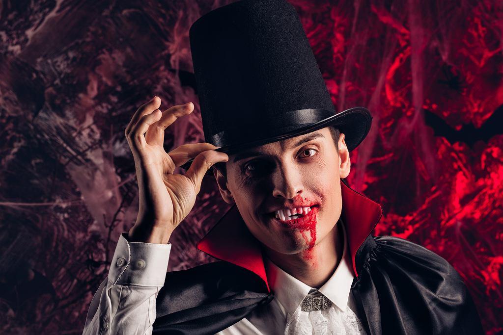 Przebranie na Halloween dla dorosłych - Drakula. Zdjęcie ilustracyjne