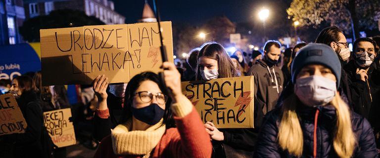 """Protest kobiet pod domem Julii Przyłębskiej w Berlinie. """"Jesteś sługą Jarosława"""""""