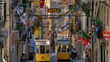 Żółte tramwaje rozpychające się w wąskich uliczkach Lizbony, Portugalia / fot. Shutterstock