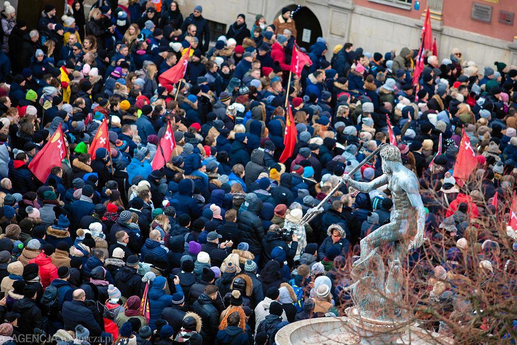 Tysiące ludzi w Bazylice Mariackiej i na ulicach Głównego Miasta w Gdańsku żegnają prezydenta Pawła Adamowicza.