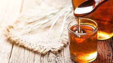 Syrop klonowy, w przeciwieństwie do cukru, charakteryzuje się licznymi wartościami odżywczymi. 100 gramów tego produktu zawiera 260 kcal, wobec czego dużo mniej niż biały cukier (którego 100 gramów równa się 400 kalorii)