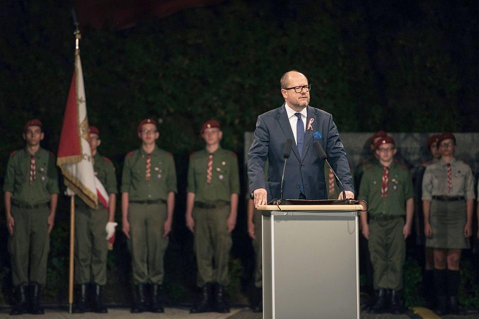 Harcerze i prezydent Gdańska Paweł Adamowicz podczas uroczystości na Westerplatte, 2017 r.