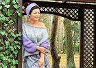 """Katarzyna Cichopek dodała zdjęcie z planu """"M jak Miłość"""" w swetrze odsłaniającym ramię. Stylizacja jest mega, ale chyba było jej zimo"""