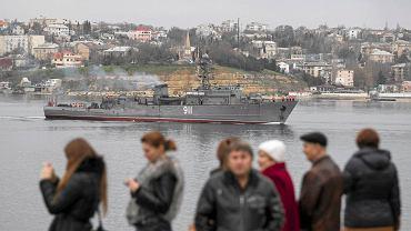 Okręt rosyjskiej marynarki wpływa do krymskiego portu Sewastopol. Rosja chce, by Krym oraz inne wschodnie obszary Ukrainy nie były kontrolowane przez Kijów