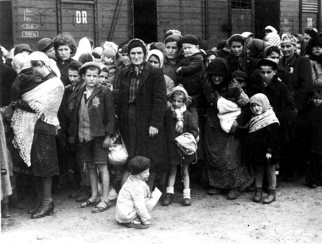 Grupa węgierskich Żydów. Wszyscy zostali posłani do komór gazowych niemal tuż po tym jak dotarli do Auschwitz w maju 1944 . (fot. Bundesarchiv, Bild 183-N0827-318 / CC-BY-SA 3.0)