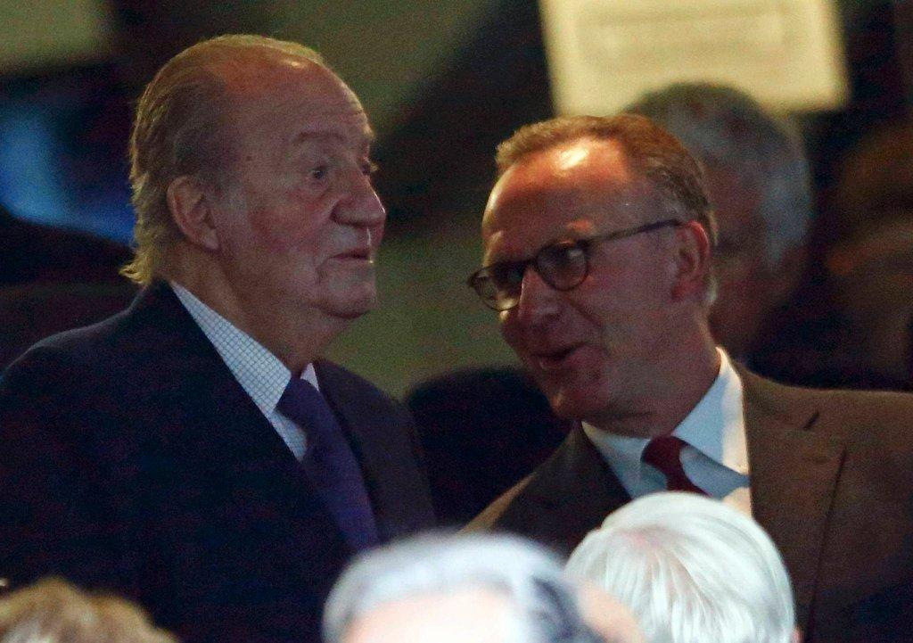 Karl-Heinz Rummenigge (z prawej) rozmawia z hiszpańskim królem Juanem Carlosem podczas pierwszego meczu półfinałowego w Madrycie