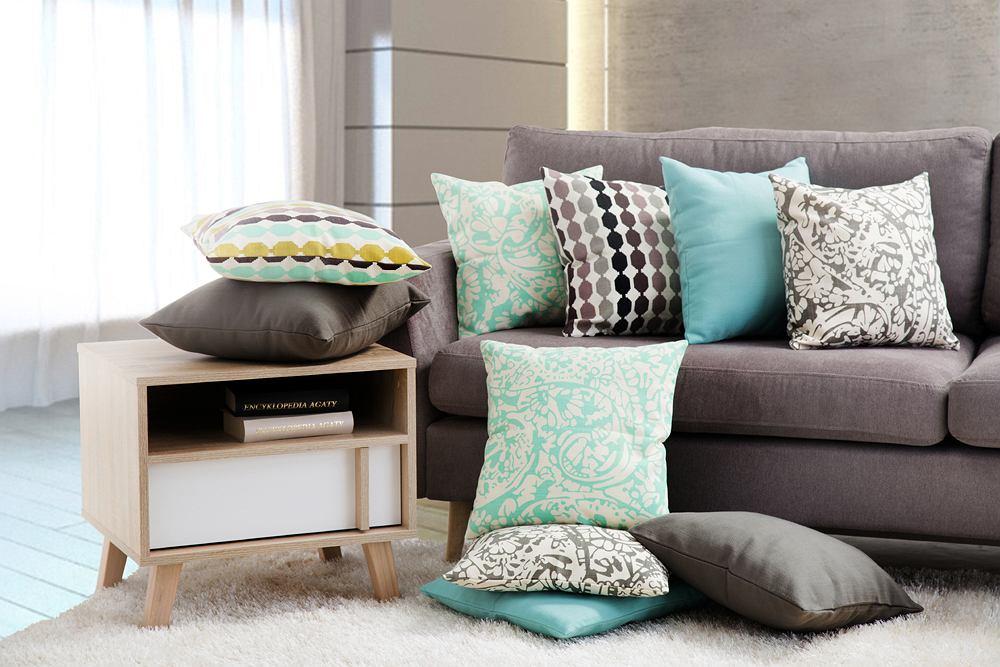 Z szarościami dobrze się komponują delikatne, pastelowe barwy, jak np. błękity. Wnoszą do aranżacji świeżość i lekkość. Wystarczą już drobne akcenty w postaci dekoracyjnych poduszek.