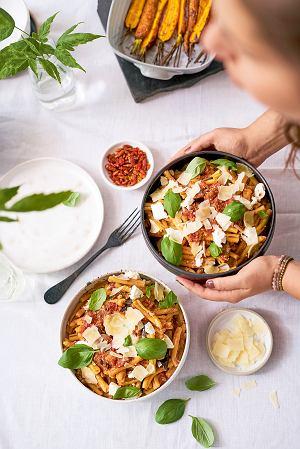 Makaron z duszonym bakłażanem, pomidorami i ricottą