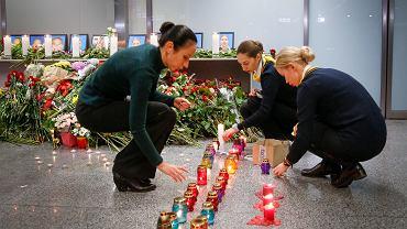 Koleżanki ukraińskiej załogi boeinga, która zginęła pod Teheranem, zapalają znicze na lotnisku Kijów-Boryspol.