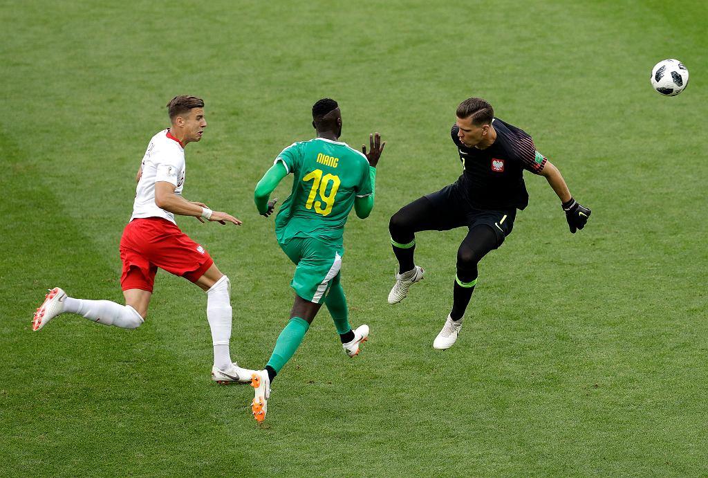 Mbaye Niang mija Szczęsnego i zdobywa bramkę w meczu Polska-Senegal. Mistrzostwa Świata w Piłce Nożnej w Rosji, Moskwa, Stadion Spartaka, 19 czerwca 2018