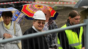 Tadeusz Rydzyk w 2012 r. na budowie kościoła koło Wyższej Szkoły Kultury Społecznej i Medialnej w Toruniu