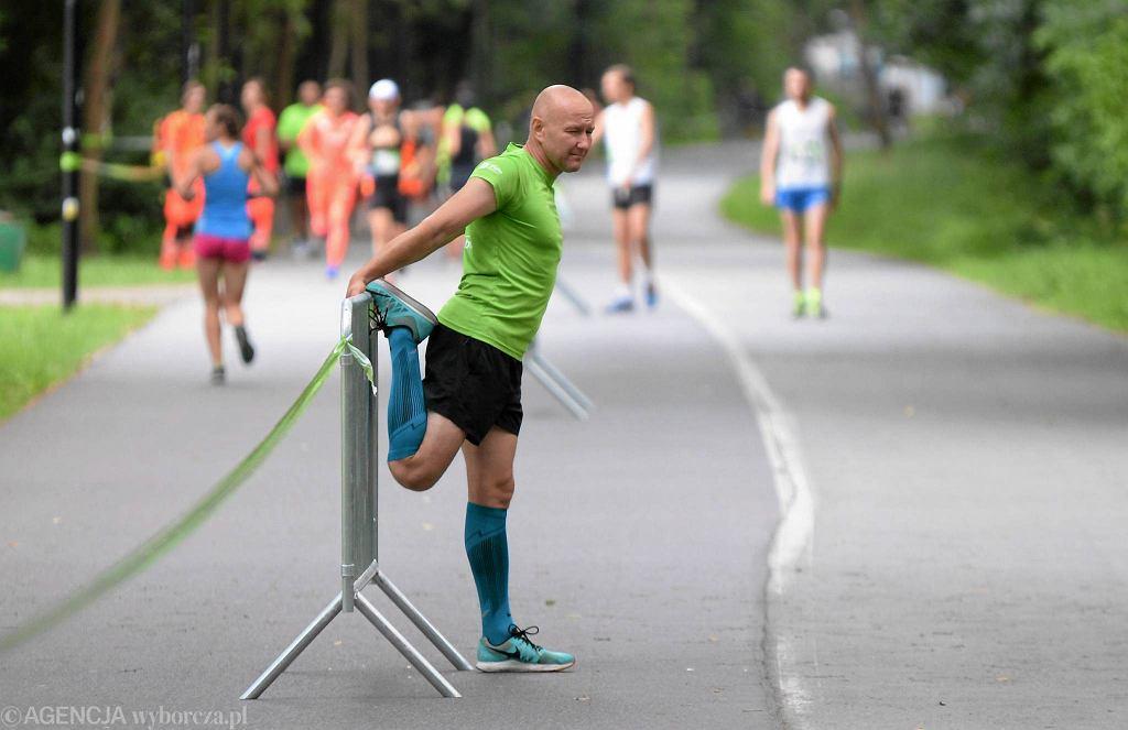 City Trail to cykl imprez biegowych, teraz rwa jego letnia edycja. Na starcie głównego biegu w Myślęcinku stanęło wczoraj (22 lipca) ponad 350 osób, wcześniej rywalizowały jeszcze dzieci. Dystans 5 km zdecydowanie najszybciej pokonał bydgoszczanin Paweł Ochal, potrzebował na to 15 minut i 19 sekund. Drugi był Piotr Frydrychowski z Kleczewa, a trzeci Sylwester Tuczyński z Bydgoszczy. Czwarta na mecie zameldowała się najszybsza z kobiet - bydgoszczanka Aleksandra Brzezińska z czasem 16.55. Drugie miejsce wśród pań zajęła Marta Szenk, a trzecie Agata Woźniakowska (obie z Bydgoszczy)