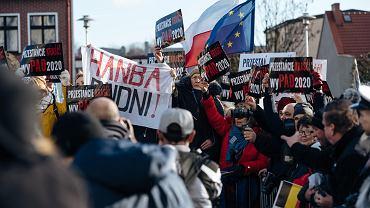 Protestujący przeciw łamaniu Konstytucji przez Andrzeja Dudę w Pucku