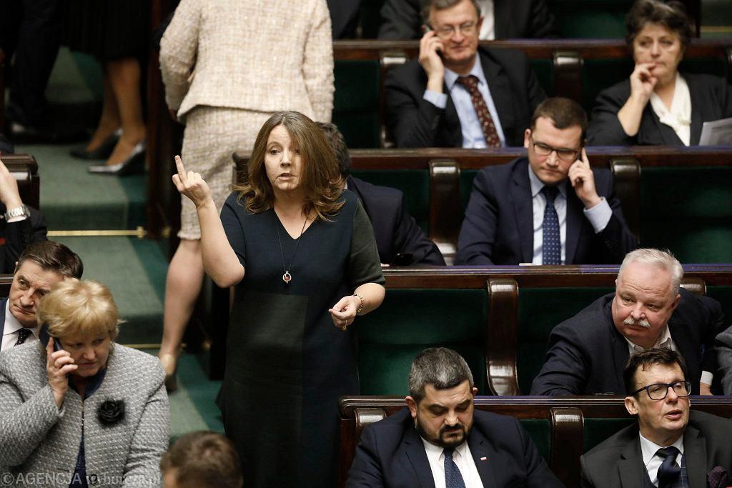 Posłanka PiS Joanna Lichocka wystawia środkowy palec. Warszawa, Sejm, 13 lutego 2020