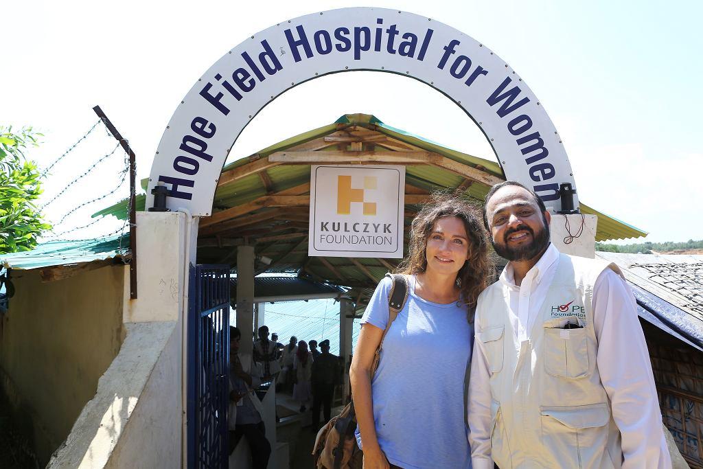 Dominika Kulczyk i dr Iftikher  Mahmood przed szpitalem polowym  dla kobiet współfinansowanym  przez Kulczyk Foundation