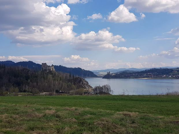 Widok na zamki nad Jeziorem Czorsztyńskim