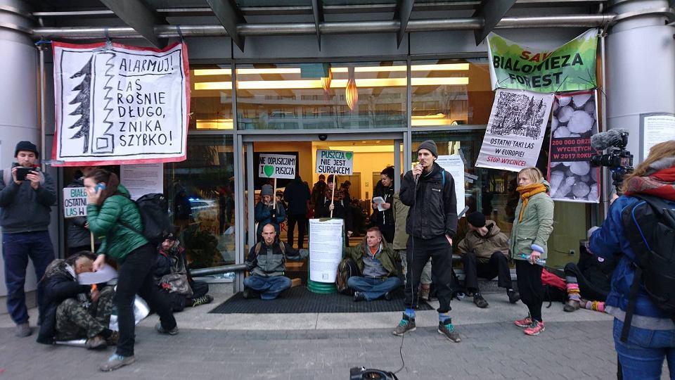 Zdjęcie numer 1 w galerii - Ekolodzy blokują Dyrekcję Generalną Lasów Państwowych