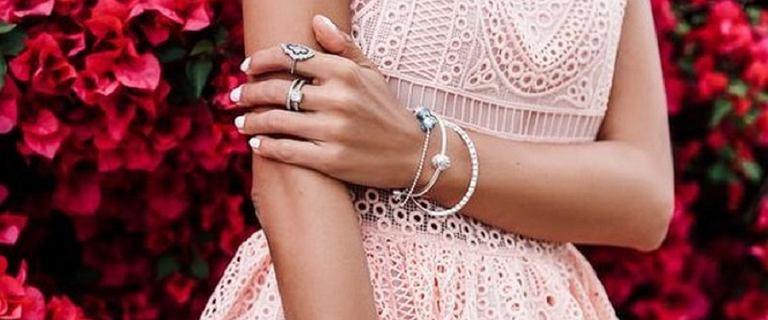 Sukienki na wesele w kolorze 'light pink' to HIT tego sezonu. Modele z koronki znajdziesz -75% taniej!