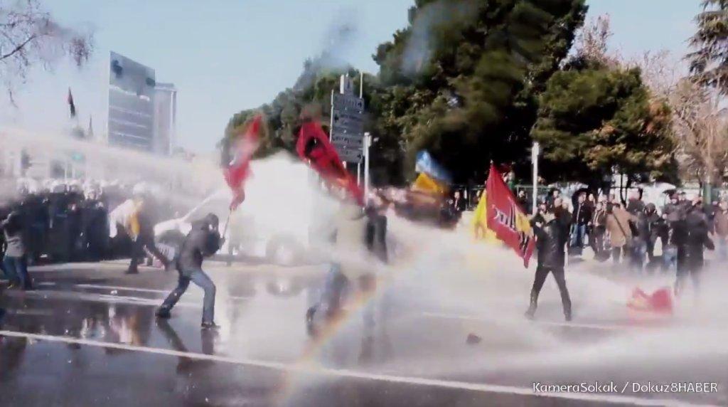 W Turcji policja użyła armatek wodnych przeciwko ucznim