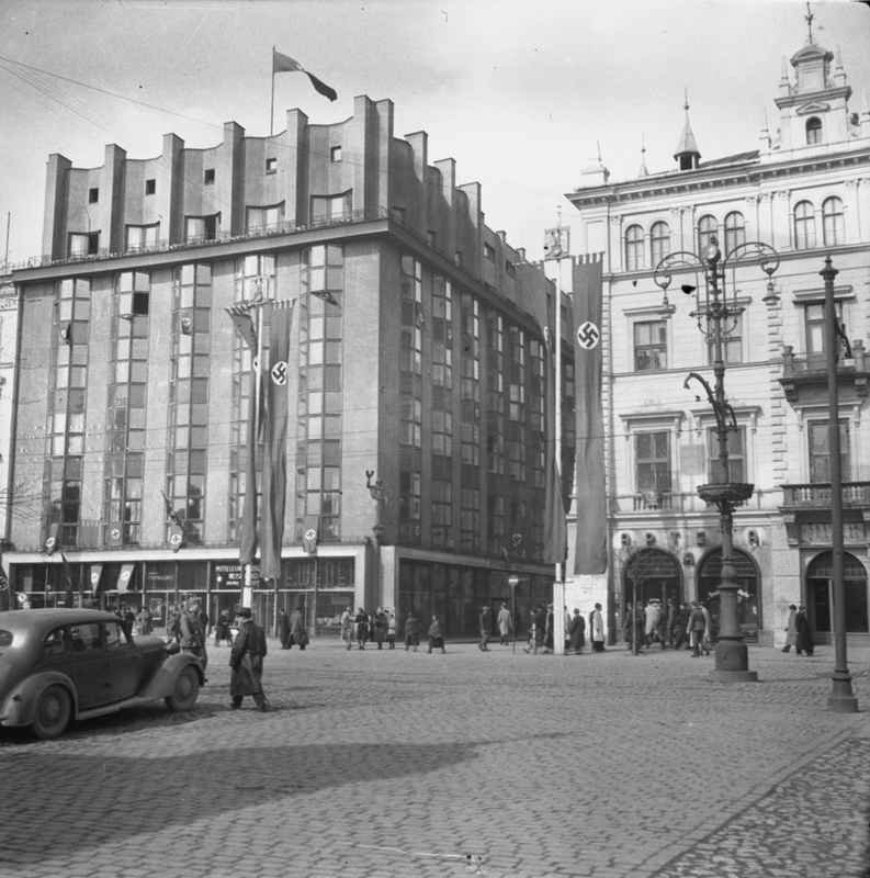 Hitlerowskie flagi na Rynku