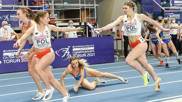 Halowe mistrzostwa Europy w lekkiej atletyce. Polska sztafeta 4 x 400 metrów na trzecim miejscu. Początek ostatniej zmiany, Kornelia Lesiewicz (AZS AWF Gorzów) przekazuje pałeczkę Aleksandrze Gaworskiej
