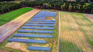 Po miesiącach nieufności banki coraz życzliwszym okiem spoglądają na projekty wiatrowe i fotowoltaiczne. Nadszarpnięte przez nieskoordynowane ruchy polskich władz zaufanie wymagają jednak odbudowy. Pomogłoby gwarancje państwowego wsparcia dla OZE. Na zdjęciu: elektrownia słoneczne na polach pod wsią Rozłąki, 9 kwietnia 2017