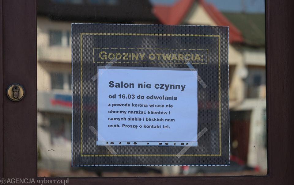 Pandemia koronawirusa. Zamknięty zakład fryzjerski w Starachowicach, 17 marca 2020
