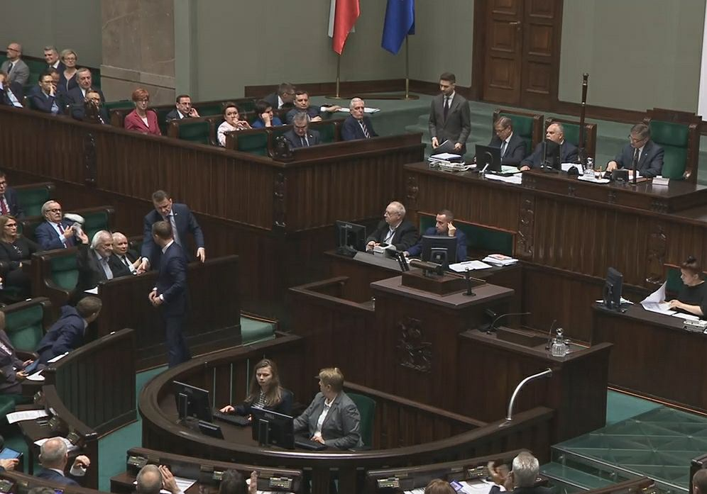 Nowelizacja Kodeksu karnego w Sejmie. Sławomir Nitras położył dziecięce buciki przed Jarosławem Kaczyńskim