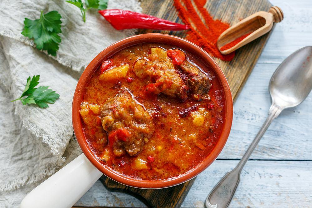 Gulasz węgierski możesz podawać nie tylko z plackami ziemniaczanymi, ale również z kaszą lub pieczywem